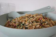 Deze koude pastasalade met tonijn is één van mijn all time favorites bij warm weer! Handig is dat ik de meeste ingrediënten van dit receptje standaard in huis heb waardoor ik het in no time op tafe…