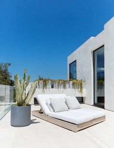 Decor & Trends : See how top interior designers and stylists are bringing the indoors out for spring and summer with these fresh patio décor ideas. Parasols, Patio Umbrellas, Outdoor Spaces, Outdoor Living, Outdoor Decor, Outdoor Furniture, Outdoor Seating, Outdoor Patios, Outdoor Kitchens