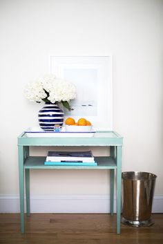 large fresh blooms make the small space feel chic
