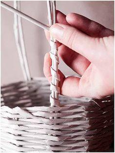 Encontrei esse tutorial de cesto feito com canudos de jornal, pela artesã Anna Kruscko .   Para quem ainda não sabe trabalhar com canudos ...