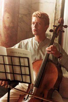 David Robert Jones mas conocido como David Bowie, seria el inspirador del casi 80% de los musicos ingleses...todos quieren ser bowie allá, esta de mas decir que siempre estuvo un paso adelante. Lamentablemente yo estaba en la universidad en clases cuando David, comensaba sus primeros acordes en Buenos Aires 1996