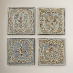 Adorned with a raised fleur-de-lis and scrolling details, this metal wall decor brings a touch of Provencal style to your home.