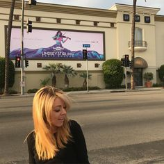 """Lindsey Stirling (@lindseystirling) på Instagram: """"I disguised myself and takes to strangers about my billboard. Haha check it out on lindseytime.…"""""""