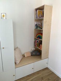 Voor de kamer van mijn dochter heb ik op een (deel van een) Ikea kast een boekenkast gemaakt. Daarnaast kasten in de speelkamer opgeleukt met houten bladen De service van OPMAATZAGEN.nl was goed. In eerste instantie miste een plank, maar deze is na contact direct opnieuw verstuurd. Nadat we het hout geschuurd hadden, is het hout twee keer gelakt met matte transparante lak (en tussendoor nogmaals opgeschuurd). De boekenkast is met houten deuvels aan elkaar gezet. De bovenkant van de… Girls Room Design, Girl Bedroom Designs, Big Girl Rooms, Baby Boy Rooms, Bedroom Sets, Girls Bedroom, Armoire Ikea, New Room, Home And Living