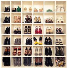 Imagina uma parede do seu quarto cheia de nichos para você acomodar seus sapatos. Uma maneira de decorar e deixar o seu canto diferente, único e descolado.