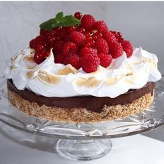 Sjekk denne kaken! Er den ikke bare helt nydelig? Med en gang jeg så den, visste jeg at den måtte bli denne ukens favoritt oppskrift. Det er dyktige Cathrine med siden Glitteriine som har laget den. Jeg har akkurat oppdaget siden hennes,og jeg kommer helt sikkert til å besøke den mange ganger for flere gode … Tatyana's Everyday Food, Cake Recipes, Dessert Recipes, Scones Ingredients, Norwegian Food, Berry Cake, Sweets Cake, Fake Food, Pavlova
