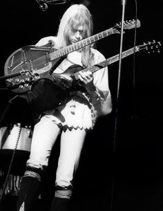Photo of Steve HOWE and YES, Steve Howe performing live onstage, with Coral Electric Sitar Music Pics, Music Pictures, Pink Floyd, Electric Sitar, Steve Howe, Classic Blues, Nina Hagen, Yes Band, Progressive Rock