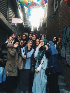 Stundents wearing hijab taking a selfie Muslim Fashion, Modest Fashion, Hijab Fashion, Hijab Dress, Hijab Outfit, Girl Group Pictures, Islam Women, Hijab Chic, Muslim Girls