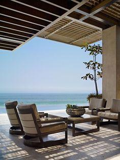Le salon out & indoor donne sur la terrasse, la piscine et offre une magnifique vue imprenable