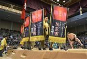 結びの一番に懸けられたポール・マッカートニーさんの懸賞。奥は日馬富士=21日、福岡国際センター