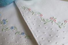 Cotton handkerchief embroidered with viúvas, garanitos, bastidos and corda stitch. Handkerchief Embroidery, Hand Embroidery Dress, Embroidery Flowers Pattern, Couture Embroidery, Hand Embroidery Stitches, Machine Embroidery, Baby Sheets, Creative Embroidery, Baby Sewing
