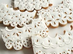 Royal icing eyelet lace cookies. Tutorial: https://www.sweetambs.com/tutorial/eyelet-lace/