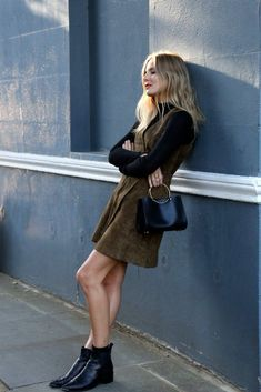 Love a 70s inspired look that' still modern: black turtleneck + brown suede shift dress + Future Glory bag + Acne Jensen chelsea boots. #outfit #streetstyle  Photo: fashionmenow.co.uk