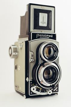 Vintage Camera Flexaret VII Automat twin-lens reflex camera made by Meopta. Camera takes format photographs using film. Twin Lens Reflex Camera, Camera Gear, Camera Tripod, Camera Hacks, Antique Cameras, Vintage Cameras, Camera Photos, Medium Format Camera, Photo Lens