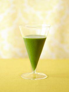 水分の多いグリーン野菜、セロリときゅうりをベースに使う「グリーンジュース」。これに春菊をプラスして、たっぷりのビタミンCとカリウムとともにβ-カロテンも摂ってしまおう! 皮付きで使うレモンやりんごはぜひ無農薬のものを。|『ELLE a table』はおしゃれで簡単なレシピが満載!