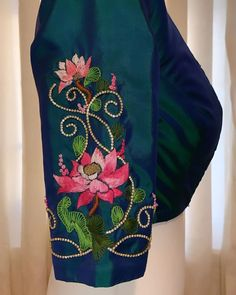 Blouse Back Neck Designs, Simple Blouse Designs, Saree Blouse Designs, Embroidery Blouses, Hand Work Embroidery, Flower Embroidery Designs, Lehga Choli, Metallic Blouses, Maggam Works