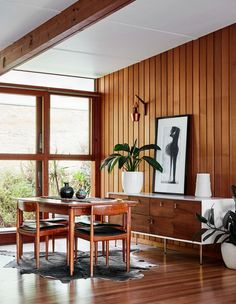 Inside the North Warrandyte, mid-century home of property stylist Anna Byrnes and family. Mid Century Modern Kitchen, Mid Century Modern Living Room, Mid Century Modern Decor, Mid Century Dining, Mid Century House, Mid Century Kitchens, Mid Century Style, Mid Century Interior Design, Mid-century Interior
