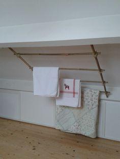 Handdoekenrek tegen schuin dak. Nu eindelijk de tijd en zin ervoor gevonden.