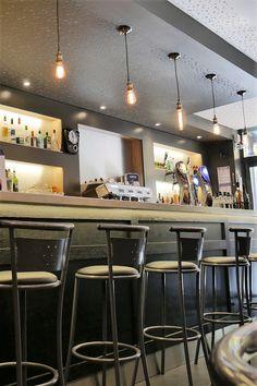 Comptoir de bar en bois massif pour Brasserie. Façade de comptoir avec cadres en chêne teinté verni . Piste comptoir en Granit noir du Zimbabwe et frise étain. Rayonnage en bois laqué avec niche retro-éclairée. #comptoir #bois #bardesign Bar Design, Zimbabwe, Furniture, Home Decor, Modern Bar, Black Granite, Bar Counter, Wooden Bar, Brewery