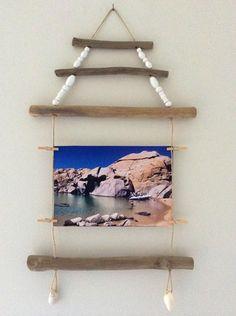 Cadre Quilly - Référence C.010  Cadre pour une photo à suspendre.  Porte-photo en bois flotté à suspendre, agrémenté de perles en bois blanches permettant d'accrocher un - 12292927