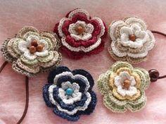 「彩り・・・花ゴム」段階ごとに色を変えて編んでみました。 同じモチーフでも色を変えると可愛く出来ますよ。(お友達のプレゼント用です)[材料]サマー毛糸(好きな糸を)/ビーズ(ウッド・ターコイズ)/ゴム