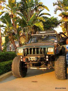 Jeep Cherokee & palm trees. pic.twitter.com/ymMyeb5EPc #jeepedin