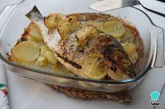 Dorada al horno con patatas y ajo #Recetas #Cocina #RecetasPasoAPaso #CocinaCasera #RecetasdeCocina #Pescado #Dorada Le Chef, Camembert Cheese, Main Dishes, Pork, Food And Drink, Menu, Chicken, Cooking, Garden