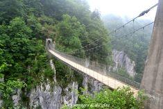 Découvrir les montagnes du Pays Basque, c'est par exemple randonner vers la passerelle d'Holzarte, pont de singe impressionnant dans les gorges d'Olhadubi. Places To Travel, Places To Go, Basque Country, Pathways, Adventure Time, Bridge, Van, Camping, World