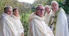 Een still uit de film Wonderbroeders. Vijf broeders die er alles aan doen om hun wonderlijke klooster niet in een wellness te laten veranderen. 2 oktober in de bioscoop.