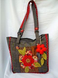 Bolsa de Patchwork, confeccionada em jeans, tricoline e algodão, forrada com manta acrilica e tecido de algodão, bem espaçosa, bolsos internos, ziper, apliques e quilting bordados a mão dos dois lados da bolsa, botões e argolas em madeira, chaveiro de flor, ideal pra dia-a-dia.  (cada bolsa é única por isso pode ter variação nos tons)  FEITA SOB ENCOMENDA - PRAZO PARA CONFECÇÃO DE 15 A 20 DIAS ÚTEIS  (verifique a data disponível quando fizer seu pedido) R$80,00