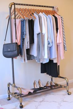 Learn how to create a capsule wardrobe using the 5-step visual guide! Step-by-step, you'll start your own capsule! Organize your closet with clothes, shoes and accessories and have several outfits for spring, summer, fall and winter.