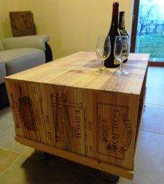 table basse sur roulette en caisse à vin réalisée à partir de 6 caisses dont 3 caisses à vin de 6 bouteilles et 3 caisses à vin de 12 boutielles