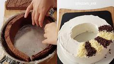 Ingredienti: 3 uova 150 gr zucchero 200 gr farina 100 gr burro fuso 1 bustina di lievito 1 cucchiaino essenza di vaniglia 3 cucchiai di cacao  400 ml panna da montare Scaglie di cioccolato