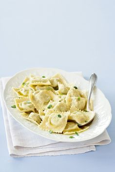 Ravioli ai carciofi Pasta Recipes, Dessert Recipes, Cooking Recipes, Desserts, Sunday Gravy, How To Cook Artichoke, Homemade Pasta, Foods With Gluten, Healthy Dishes