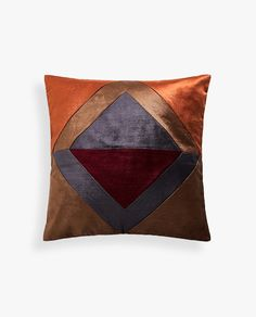 Stay up to date with cushions and decorative pillows from the new Zara Home collection. Floral, gray, white, golden or blue throw pillows and cushion covers. Throw Pillow Covers, Duvet Covers, Throw Pillows, Zara Home Blanket, New Moon Rituals, Zara Home Collection, Cricut, Terracota, Patchwork Patterns