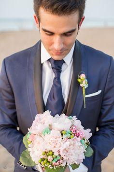 Fotógrafo de bodas. Boda en la playa. Beach wedding. The groom with the wedding bouquet