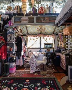 I'm totally in love with this tiny house! A magical maximalist dream. The whole house tour is at Apartmen. Glam Living Room, Tiny Living, Modern Living, Tiny House Swoon, Small Room Design, Dream Apartment, Aesthetic Bedroom, Interior Exterior, Interior Office