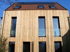 Strak gedetailleerd aan de dakranden. Verholen (diepliggende) goot langs de dakranden. Volgende pin een detail van het hout werk. Woning in Deurne