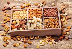 frutos secos mixtos en caja de madera Foto de archivo