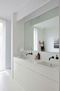 Mooi contrast tussen de zwarte kranen en de witte muren/meubelen. #badkamer