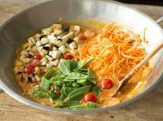 Hast du den Dreh raus? Süßkartoffel verwandelt sich hier zu leckerer Low-Carb-Pasta und wird mit würzig-scharfem Thai-Curry serviert.