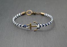 ⚓ Anker-Armband aus gewachster Baumwolle in blau-weiß.  Das Armband hat einen Durchmesser von 17,5 cm. Es ist vierreihig geflochten und insgesamt 4 mm stark. Der Anker ist 1,5 cm breit.  Der...