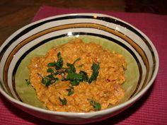 Lentilles corail à l'indienne -pour 4 personnes : - 250 g de lentilles corail - 1 oignon - 1 boîte (400 g) de tomates concassées - 1 brique (200 ml) de lait de coco - 10 g (1 cuillère à café) de cumin  - 10 g (1 cuillère à café) de curcuma - 1 cuillère à soupe d'huile d'olive - eau, sel, poivre