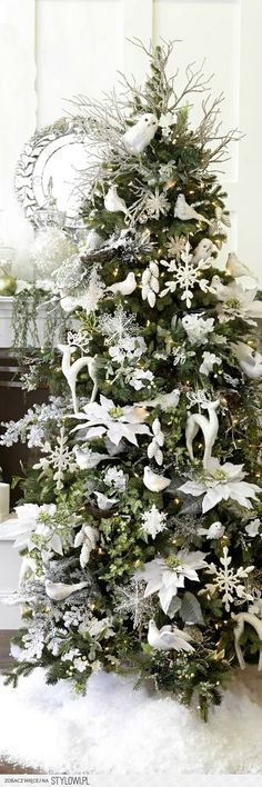 Cristhmas Tree Decorations Ideas : Christmas Tree ● White Decorations - Ask Christmas - Home of Christmas Inspiration & Deals Decoration Christmas, Noel Christmas, Xmas Decorations, Winter Christmas, All Things Christmas, Owl Christmas Tree, Christmas Tree With White Decorations, Bird Christmas Ornaments, Pinecone Ornaments