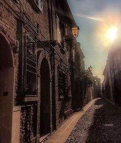 Luci e ombre in centro storico, Ferrara - Instagram by michyzen