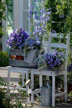 シャビーテイストのチェアに季節の花のプランターボックスをのせるだけで絵になります。さりげなくブリキのじょうろを置いておしゃれな雰囲気にまとめます。