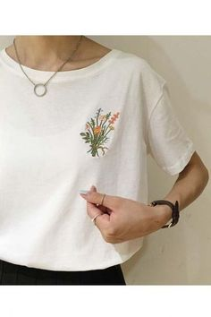 Ideas Embroidery Tshirt Diy T Shirts Diy Embroidery Shirt, Embroidery On Clothes, Embroidered Clothes, Embroidery Fashion, Hand Embroidery Designs, Embroidery Ideas, Flower Embroidery, Embroidered Flowers, Custom Shirts