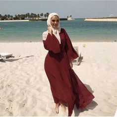Find images and videos about outfit, beach and ootd on We Heart It - the app to get lost in what you love. Hijab Fashion Summer, Modern Hijab Fashion, Hijab Fashion Inspiration, Abaya Fashion, Muslim Fashion, Modest Fashion, Fashion Dresses, Muslim Girls, Muslim Women