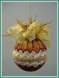 Linda bola de Natal, de tamanho especial, confeccionada em isopor e alfinetes, adornada com lantejoulas, cristais, miçangas,vidrilhos. renda, fitas, laços, galhos decorativos em glitter e corrente regulável para pendurar.  Pode ser usada na decoração de lareira, lustre, teto, arandela,janela, por...