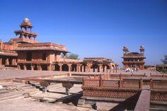 Fatehpur-Sikri  est une ville de l'État de l'Uttar Pradesh en Inde. Elle fut la capitale impériale de l'Empire moghol de 1571 à 1584. Construite par l'empereur Akbar, parfaitement conservée depuis son abandon, elle est un témoignage remarquable de l'architecture indienne du XVIe siècle .L'empereur, sans héritier, avait l'habitude de se rendre dans le village de Sikri où vivait un ermite soufi Salim Chishti dont il recherchait les bénédictions. 1989.